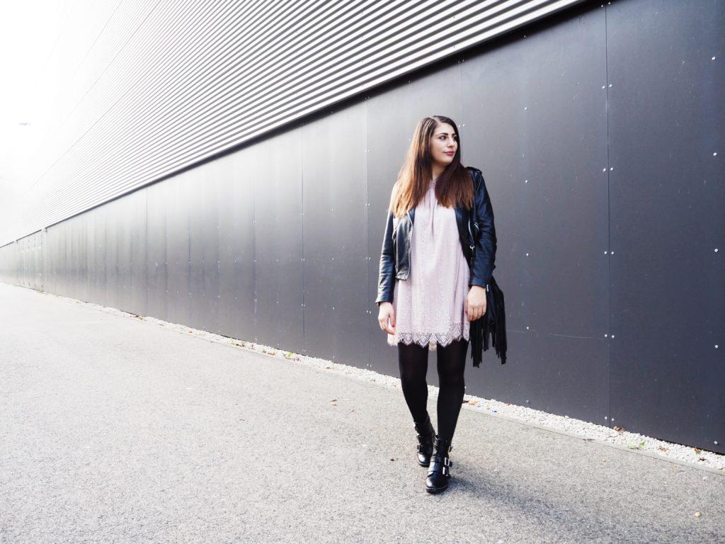 #Outfit: Spitzenkleid, Boots & Lederjacke