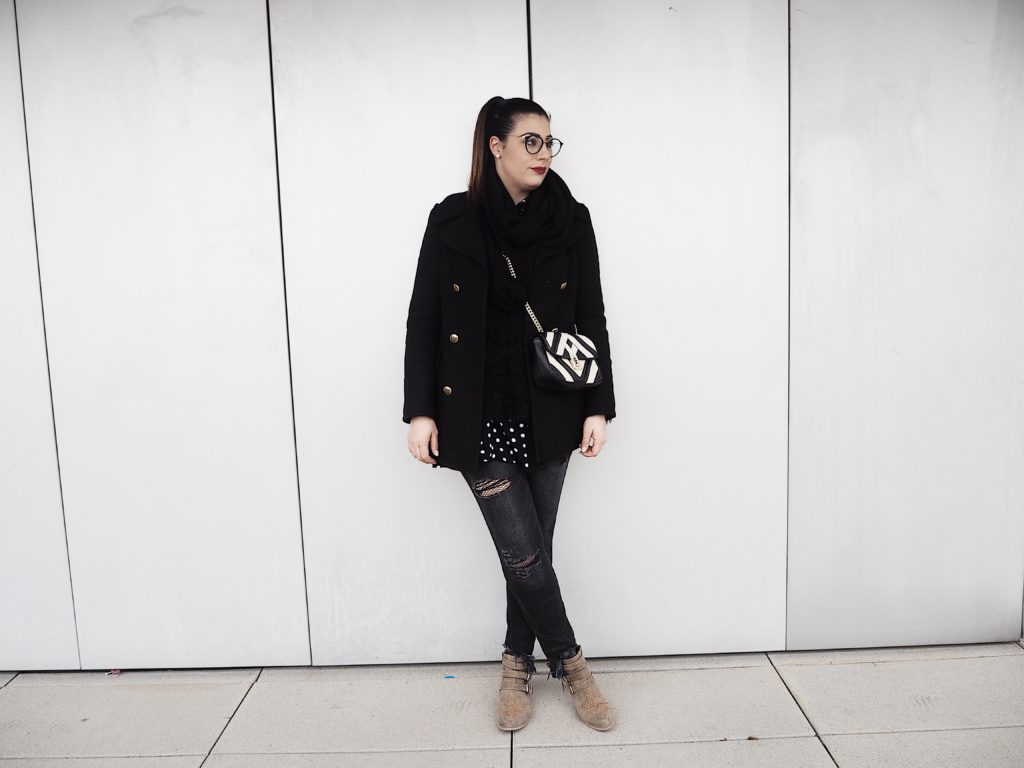 #Outfit: Nietenboots, Ripped Jeans und Netzstrumpfhose